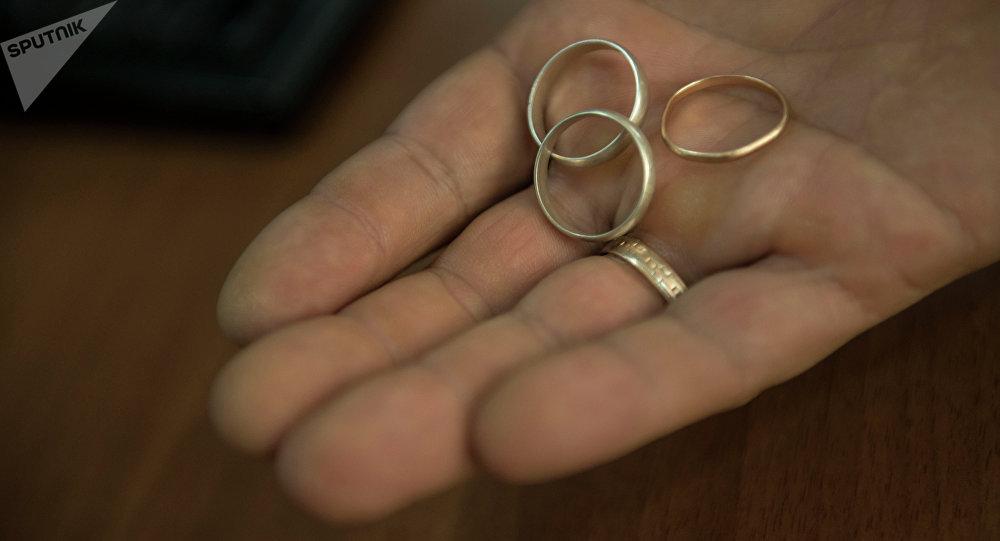Свадебные кольца в руке. Архивное фото
