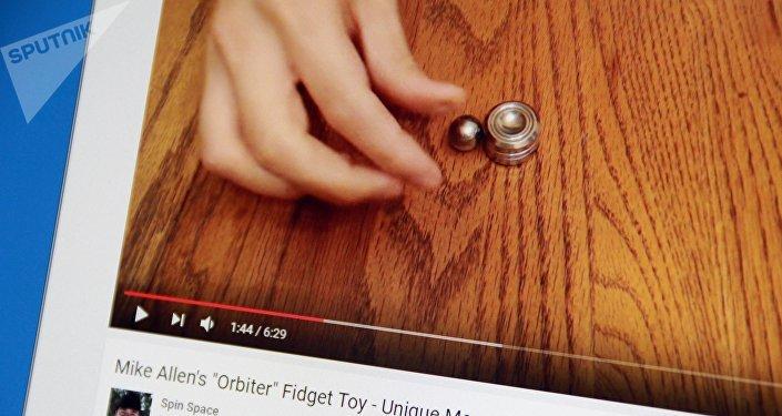Снимок с видеохостинга Youtube канала Spin Space. Ручной гаджет orbiter