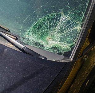 Разбившееся лобовое стекло автомобиля. Архивное фото