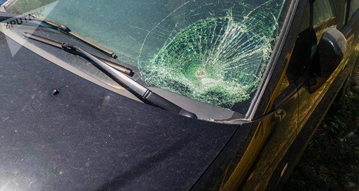 Разбившееся лобовое стекло автомобиля на штрафстоянке в Бишкеке. Архивное фото