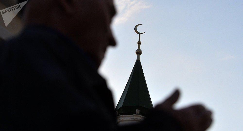 Верующие у мечети. Архивное фото