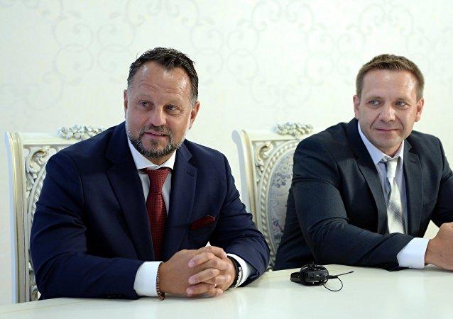 Директор Liglass Trading CZ, SRO Михаель Смелик (слева) во время подписания соглашения между Правительством КР и чешской компанией Liglass TradingCZ, SRO о строительстве и вводу в эксплуатацию Верхне-Нарынского каскада ГЭС и малых гидроэлектростанций