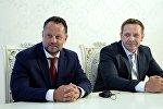 Директор Liglass Trading CZ, SRO Михаель Смелик (слева) во время подписания соглашения между Правительством КР и чешской компанией Liglass TradingCZ, SRO. Архивное фото