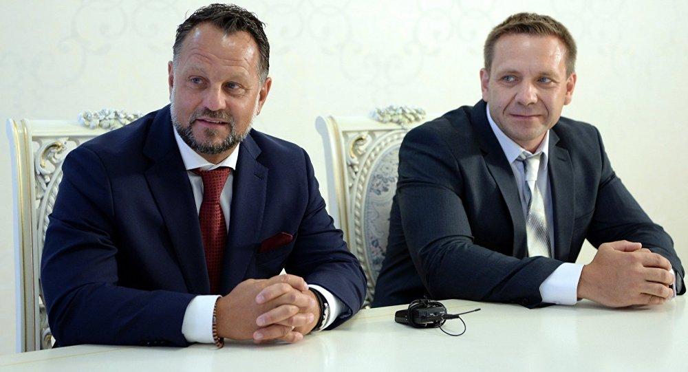 Директор Liglass Trading CZ, SRO Михаель Смелик (слева) во время подписания соглашения между Правительством КР и чешской компанией Liglass TradingCZ, SRO о строительстве и вводу в эксплуатацию Верхне-Нарынского каскада ГЭС и малых гидроэлектростанций. Архивное фото