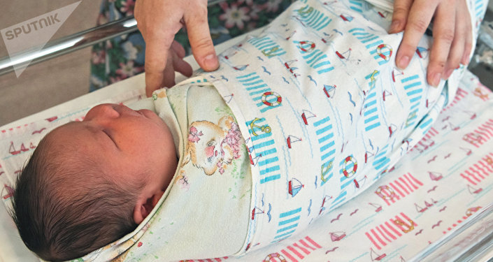 Запеленованный ребенок. Архивное фото