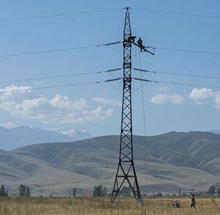 Электрики ремонтируют линии электропередач. Архивное фото