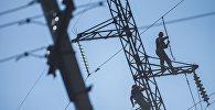 Электромонтеры во время замены старых изоляторов ЛЭП. Архивное фото