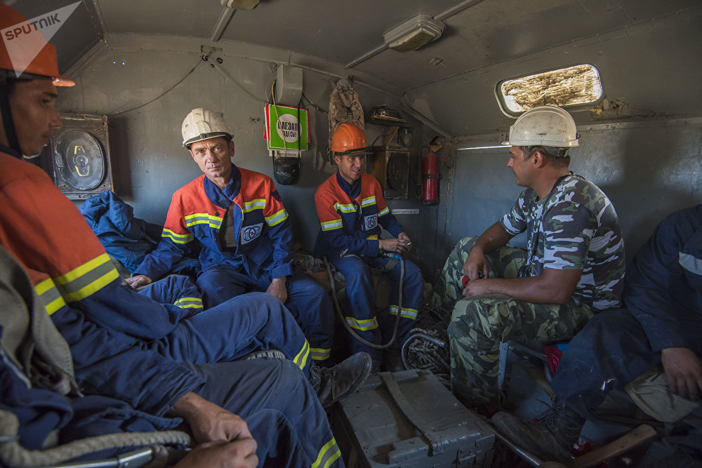 Замена старых изоляторов сотрудниками НЭСК