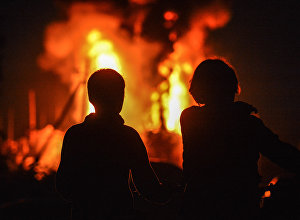 Местные жители на месте пожара. Архивное фото
