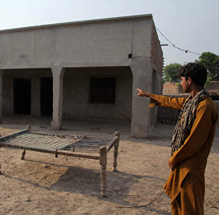 Пакистанский сельский житель указывает на дом, в котором подростка изнасиловали в окрестностях Раджа-Рама в Музаффарабаде, пригороде центрального города Мултана. 26 июля 2017 года