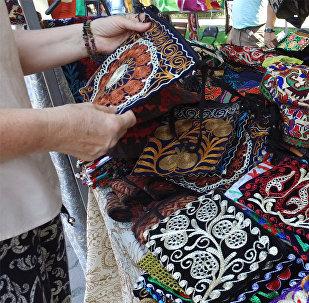 В центре Бишкека продают эксклюзивные вещи — начался фестиваль Оймо
