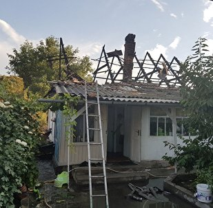 В Бишкеке горит частный жилой дом на пересечении улиц Радищева и Карасаева