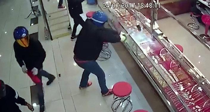 Воры не смогли разбить кувалдами витрины ювелирного магазина в Малайзии