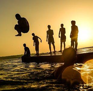 Человек ныряет в воду. Архивное фото