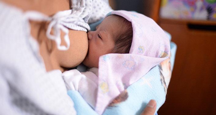 Женщина кормит грудью своего ребенка. Архивное фото