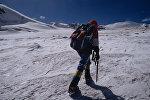 Альпинист на леднике. Архивное фото