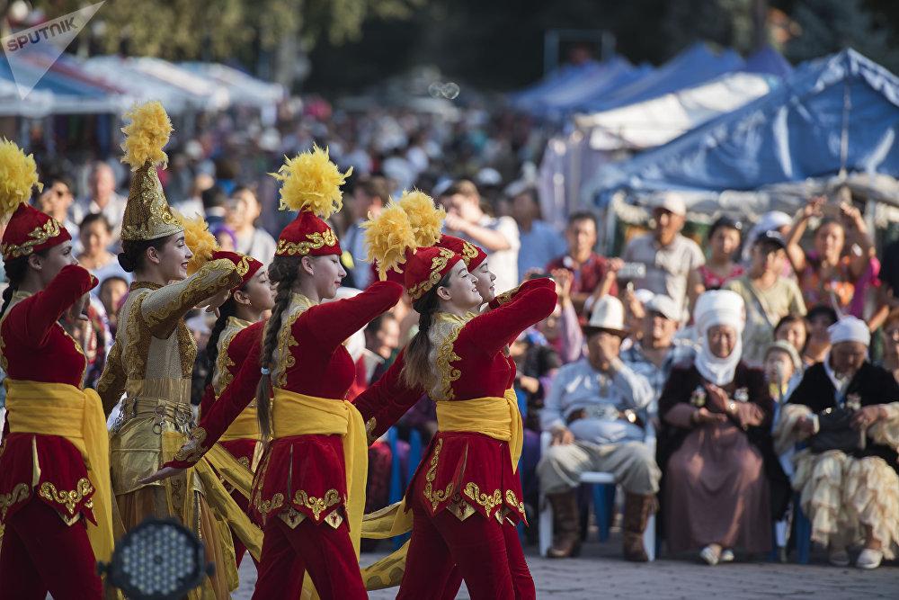 Фестивалдын ачылышында кымча бел кыздар бийлеп, өнөрүн тартуулады