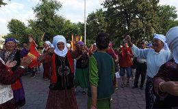 Апашки отжигали, а люди покупали — видео с открытия фестиваля Оймо
