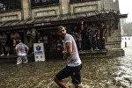 Жители Стамбула во время сильного ливня в районе Бешикташ в Стамбуле. 27 июля 2017 года