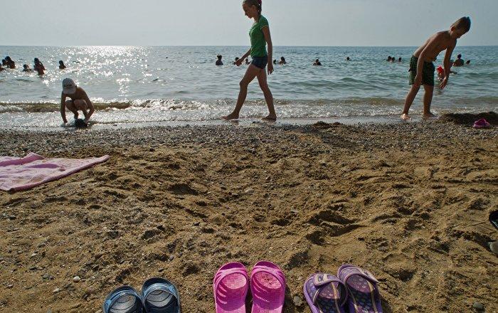 Дети отдыхают на пляже. Архивное фото