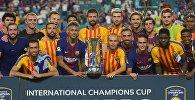 Команда Барселоны получает трофей международного футбольного матча Кубка чемпионов на Hard Rock Stadium 29 июля 2017 года в Майами, штат Флорида, после победы над Реалом