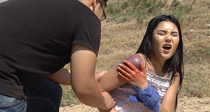 Красивая девушка получила травму в горах — как оказать первую помощь