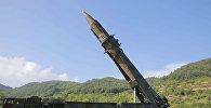 Подготовка к запуску межконтинентальной баллистической ракеты Hwasong-14 на северо-западе Северной Кореи. Архивное фото