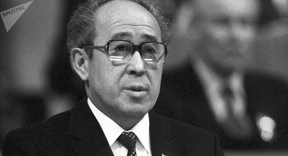 1985-жылдан 1991-жылга чейин Кыргызстан Коммунисттик партиясынын Борбордук комитетинин биринчи катчысы болгон Апсамат Масалиевдин архивдик сүрөтү