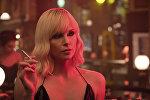 Актриса Шарлиз Терон во время фильма Взрывная блондинка.