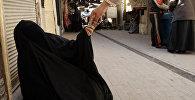 Мужчина дает деньги нищему, сидящему на переулке в Ирак. Архивное фото