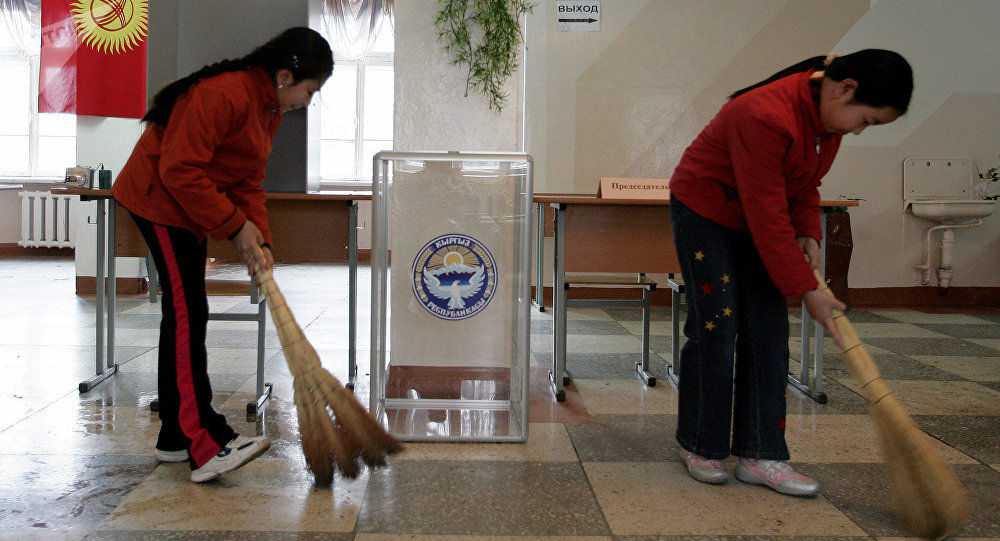 Подготовка избирательного участка к выборам депутатов Жогорку Кенеша. Архивное фото