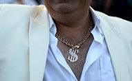 Мужчина с цепочкой на шее. Архивное фото