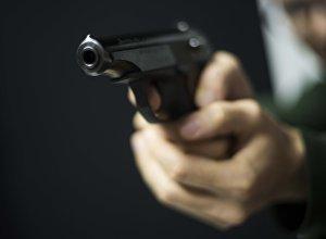 Мужчина направляет пистолет. Иллюстративное фото