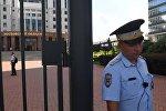 Сотрудник полиции у здания Московского областного суда. В Московском областном суде произошла перестрелка, трое арестованных были убиты при попытке побега.