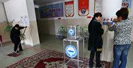 Сотрудники избирательного участка в пригороде Бишкека готовятся к предстоящим президентским выборам. Архивное фото