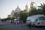 Туристы идут к автобусу в египетском городе Шарм-эш-Шейхе. Архивное фото