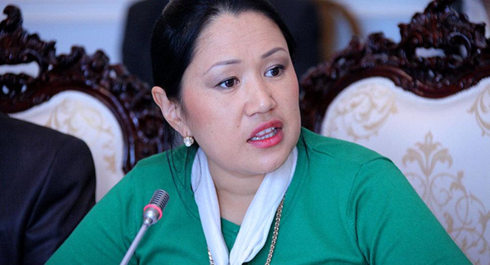 Келдибаев мурдагы депутат Кадыралиеванын архивдик сүрөтү