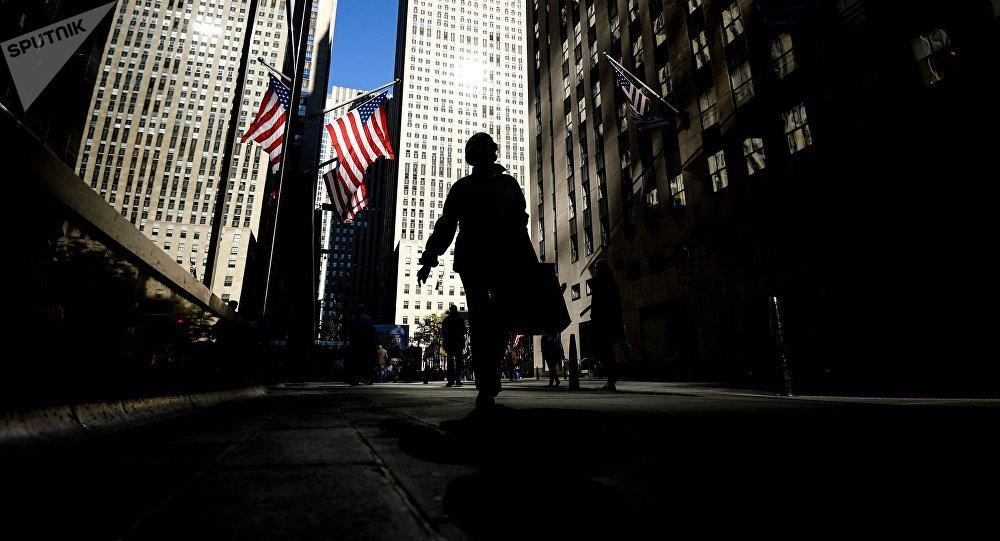 Прохожие на одной из улиц в Нью-Йорке. Архивное фото