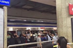 Китайцы приподняли поезд и спасли застрявшего между вагоном и платформой