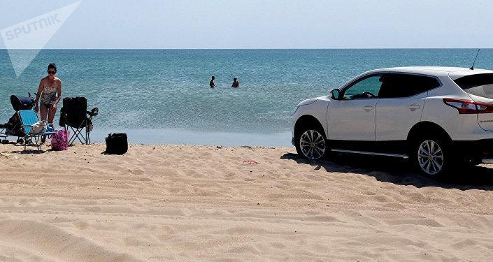 Автомобиль на пляже. Архивное фото