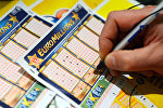 Человек заполняет лотерейный билет Euro Millions. Архивное фото