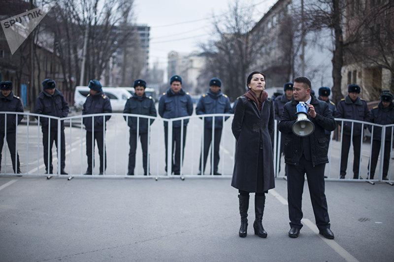 Депутат ЖК Аида Салянова на митинге сторонников Омурбека Текебаева у здания Бишкексого городского суда