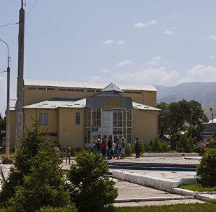 Центральный городской сквер неподалеку от здания государственной администрации города Нарын. Арихвное фото