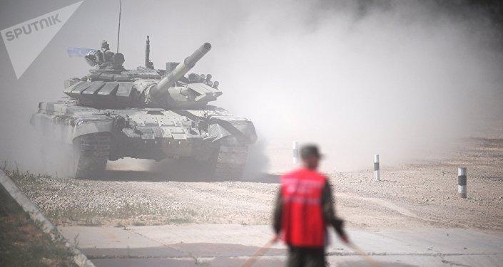 Экипаж команды армии Кыргызстана участвует в индивидуальной гонке соревнований по танковому биатлону Армейских международных Игр-2017 на подмосковном полигоне Алабино.