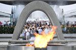 Люди молятся за жертв атомной бомбы перед ценотафом для жертв атомной бомбардировки 1945 года в Мирный мемориальный парк в Хиросиме, западная Япония, 6 августа 2017 года, в 72-ю годовщину атомной бомбардировки города