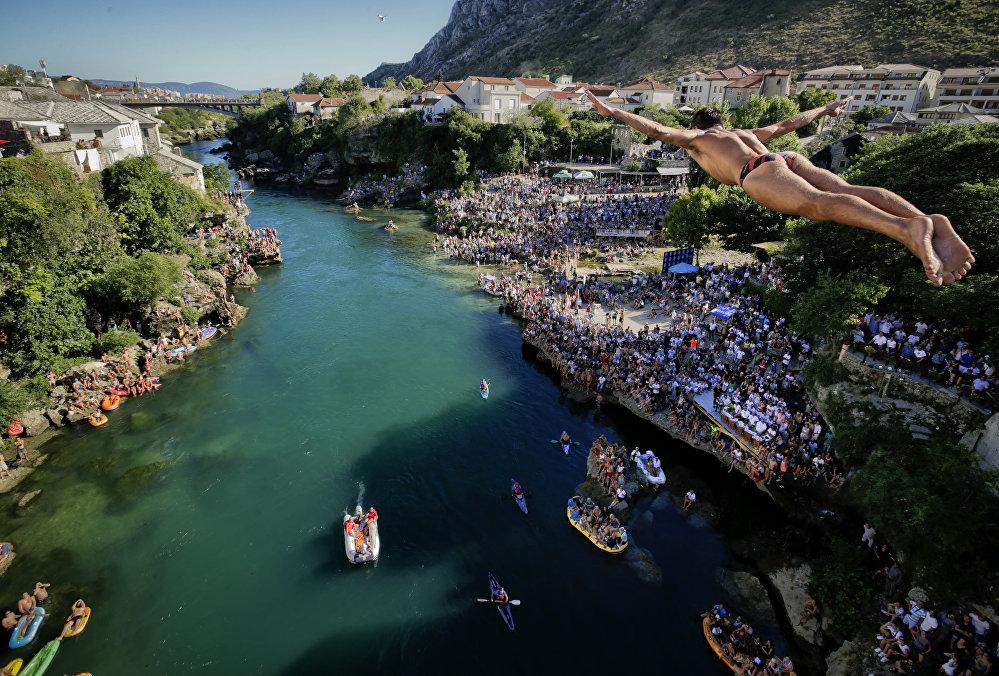 Боснияда дайверлердин жыл сайын өтүүчү мелдеши болду. Анда турнирдин катышуучулары 25 метрлик бийиктиктен Неревта дарыясына секиришет