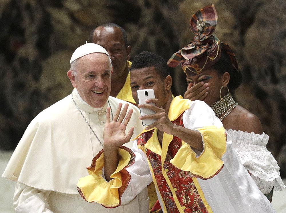 Рим папасы Франциск менен селфи. Ватикан