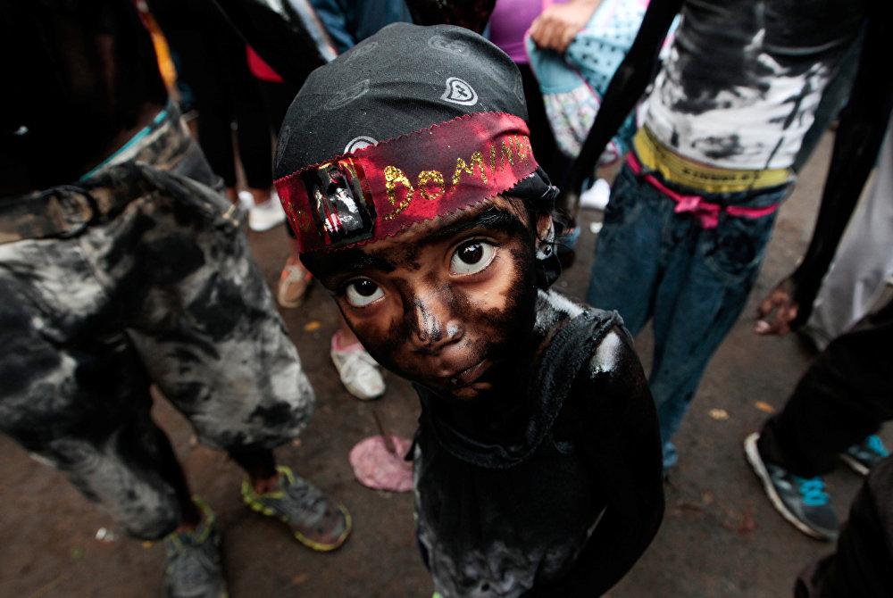 Никарагуада өткөн диний майрам учурунда бетин мотор майы менен чийип алган өспүрүм кыз