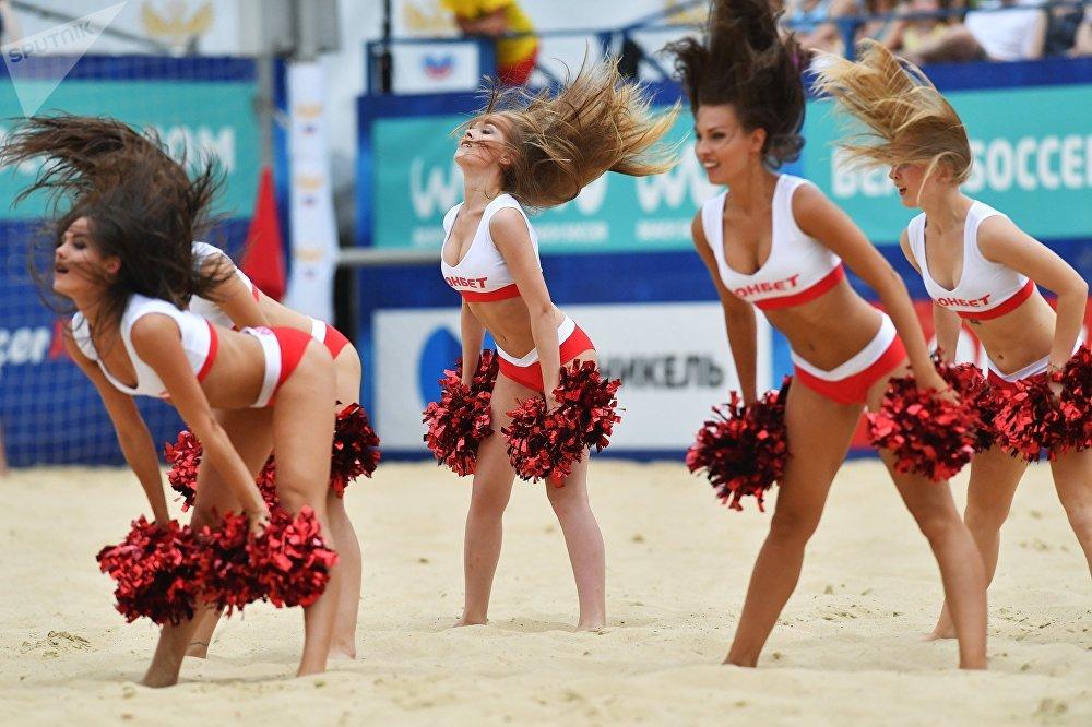 Пляж футболу боюнча Евролиганын үчүнчү этабынын алкагында Россия менен Белоруссиянын командалары беттешти. Сүрөттө тыныгуу учуру