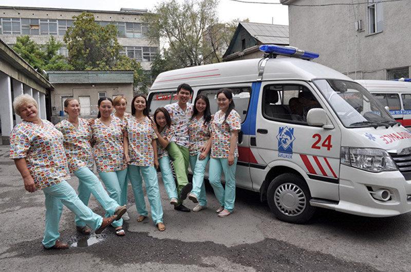 Педиатров Бишкекской станции скорой медицинской помощи переодели в разноцветную форму